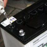 Как правильно долить в аккумулятор дистиллированную воду