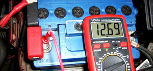 Особенности и показатели нормы напряжения аккумулятора автомобиля