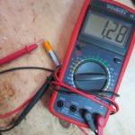 Как проверить объем и емкость аккумулятора мультиметром